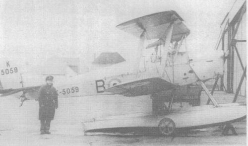 "AACU with ""Queen bee"". Note wheels fitted to floats. The D.H. ""Queen Bee"" Wireless-controlled Target Aeroplane (130 b.p. D.H. ""Gipsy-Major"" engine)."