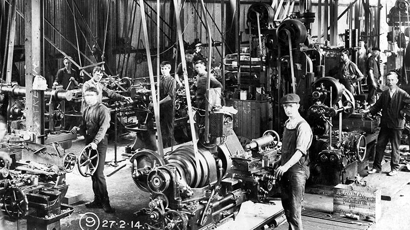 Black and white photo of workers in the dockyard, 1914
